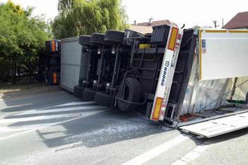 Převrácený náklaďák jako němá barikáda. Zablokoval celou silnici