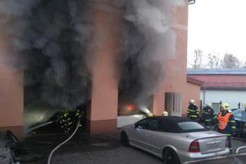 V Rudolci hořelo v dílně autoservisu, oheň zničil i dvě auta