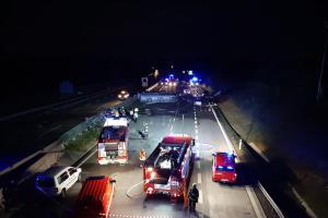 Sražený policista a drama na dálnici D1. Hořela i čtyři auta, jeden mrtvý