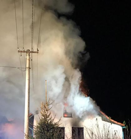 Likvidaci požáru domu ve Velkých Popovicích komplikovalo elektrické vedení