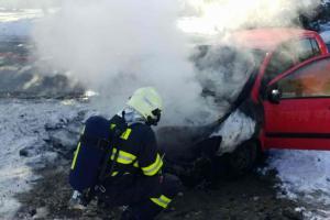 Hoří vám motor u auta? Neotvírejte kapotu a haste zespodu!