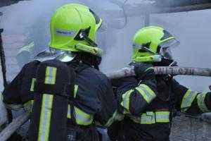 Při požáru dílenské budovy v Holešově na Zlínsku se zranili dva lidé