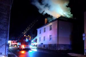 Bude ještě prázdnější. Na střeše bývalé ubytovny v Nejdku vypukl požár