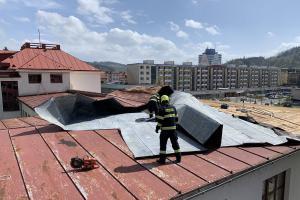 Ulejvárna nebude, učit se bude! Vichr odtrhl část plechové střechy gymnázia