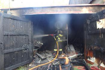 Požár garáže způsobil škodu asi 250 tisíc korun. Zapálil ji kompresor
