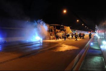 Požár zcela zničil kamion v Lochkovském tunelu, škoda vznikla i na objektu