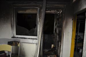 Nejdříve pohoda a tabáček. Pak požár bytu a poplach pro hasiče i policii
