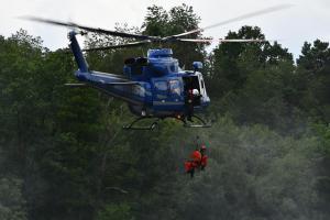Letečtí záchranáři cvičili na jezu ve Zvíkovci, použili i evakuační koš (VIDEO)