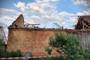 U zbořené stodoly na Mělnicku pomohl hasičům dron (VIDEO)