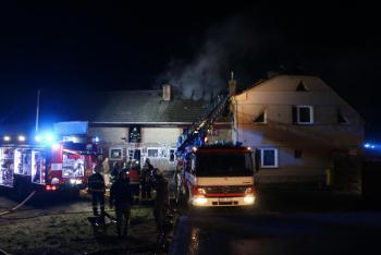 Trám v komíně, oheň na střeše. Náročný zásah hasičů v obci Střeň (VIDEO)