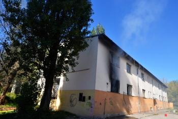 Sousedé vytrhli okenní mříže, aby zachránili z ohně ženu a dítě