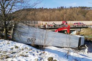 Kamion na dálnici D5 prorazil svodila, pak i nádrž s naftou