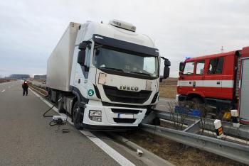 Na dálnici D55 náklaďák blokoval provoz. Naboural do svodidel