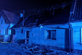 Požár zničil střechu rodinného domu, žena s dítětem ohni unikla