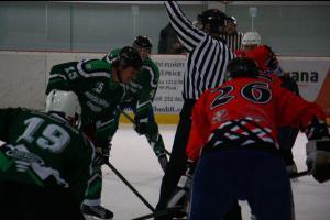 Vánoční hokejové utkání sehrají hasiči a policisté. Tentokrát i pro dobrou věc