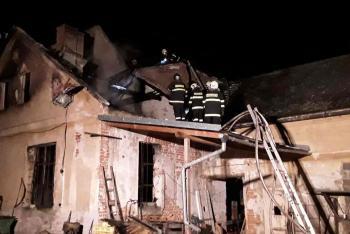 Dobrovolní i profesionální hasiči zdolávali požár ve Velké Kraši