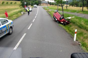 Řidička převrátila auto na střechu. Skončila mimo vozovku a pak v nemocnici