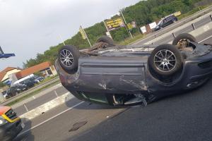 Řidička na Zlínsku nezvládla zatáčku. Skončila s vozidlem na střeše