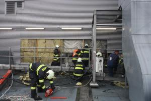 Pod oplechovaným opláštěním nákupního centra Čtyři Dvory hořela izolace