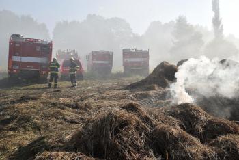 U Teplé na Karlovarsku hořely balíky sena, zásah trval sedm dní