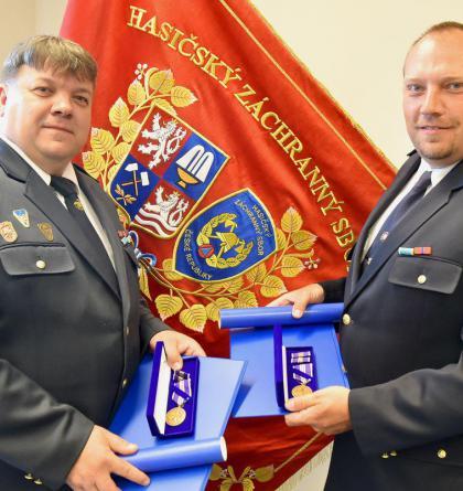 Krajský ředitel hasičů ocenil dva velitele dobrovolných jednotek