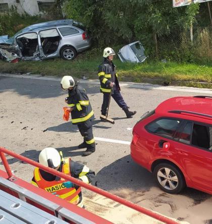 Čtyři auta v sobě, tři zranění lidé v Českých Budějovicích