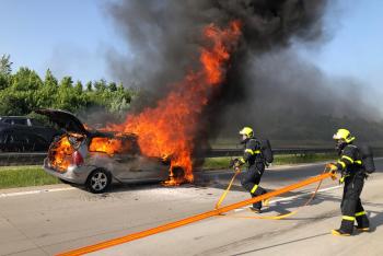 Požár osobního auta na dálnici D1 řidiče naštěstí nezranil (VIDEO)