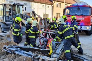 Muže uvězněného pod bagrem vyprostili až hasiči. Skončil v nemocnici