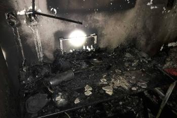 Střelné zbraně v domě a požár taky. Hasiči v ohrožení