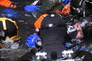 V Hranické propasti společně cvičili potápěči,  hasiči i policisté
