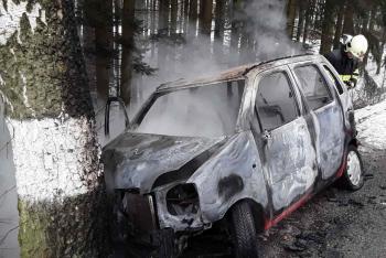 Ze čtyři osob v autě dvě zraněné. Vůz navíc začal po nárazu hořet