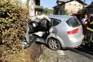 Po kolizi osobního vozu a kamionu osobák ještě narazil i do domu