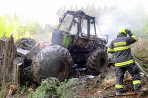 Požár zcela zničil lesní traktor. Ruční hasicí přístroj na plameny nestačil
