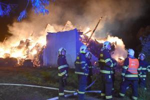 Požár seníku na Chebsku. Hasiči ho nechali shořet (VIDEO)