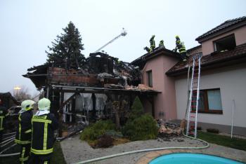 Motor auta zapálil dům ve Slušticích. Sedm jednotek hasičů pak mělo co hasit