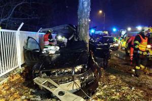 Náraz vozidla do stromu u závodiště v Pardubicích. Dvě zraněné osoby