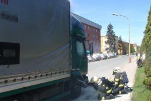 Nastartoval náklaďák, ujel pár metrů a pak hasil požár motoru
