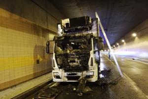 V pražském tunelu Blanka hořel náklaďák, řidič utrpěl zranění