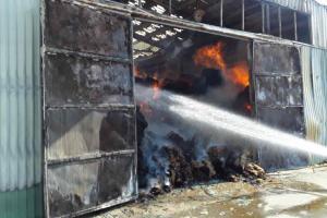 Devět hodin boje s ohněm. Osm jednotek hasičů hasilo požár ocelokolny