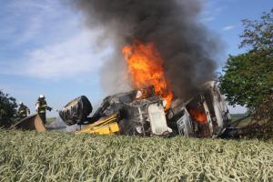 Smrt v plamenech. Požár kamionu převráceného v příkopu zabil jeho řidiče