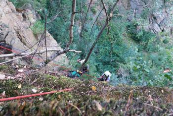 Hasiči cvičili záchranu osoby ze skalní stěny. Snadné to zrovna není