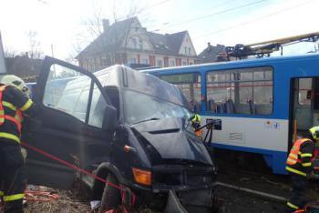 Hasiči vyprošťovali zraněného řidiče dodávky po střetu s ostravskou tramvají