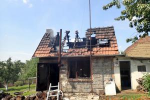 Nedobrý začátek nového týdne. Chatku v Uherském Brodě zničily plameny