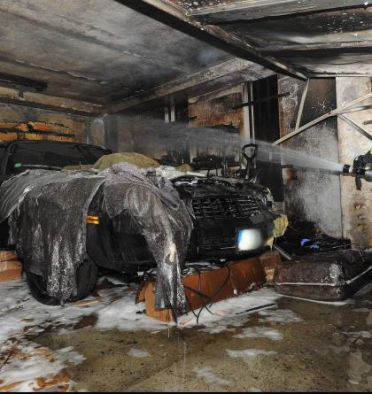 Požár v garážovém domě v Praze likvidovaly tři jednotky. Škoda není malá