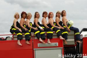 Když si manželky dobrovolných hasičů odskočí od plotny (VIDEO)