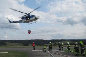 Extra: Hasiči nacvičují součinnost se zásahem policejního vrtulníku