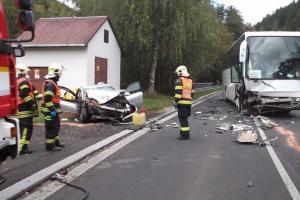Tragická dopravní nehoda osobního auta a autobusu u Teplic - Sobědruh