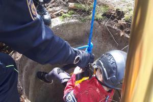 Malý chlapec v Aši spadl do studny, hasiči ho z ní vytáhli na laně