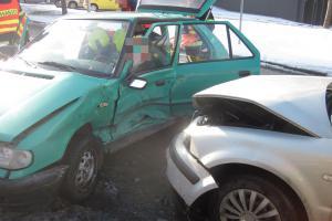 Poněkud zkažený den jednoho z řidičů. Při nehodě dvou vozů se zranil