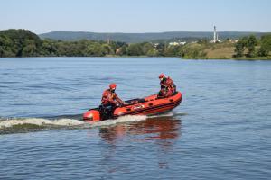 Boj s vodním živlem. Profesionální hasiči z Roztok trénovali ovládání člunu